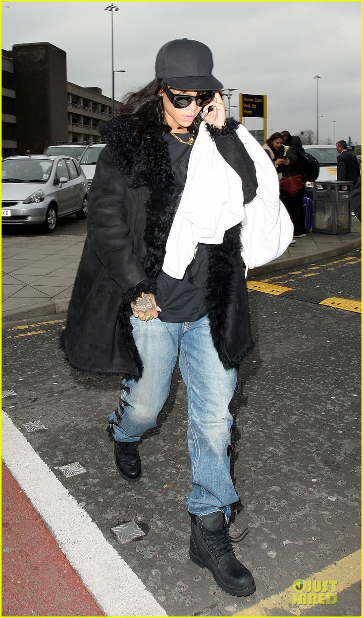 rihanna departs manchester after cozy dinner with drake 153072054