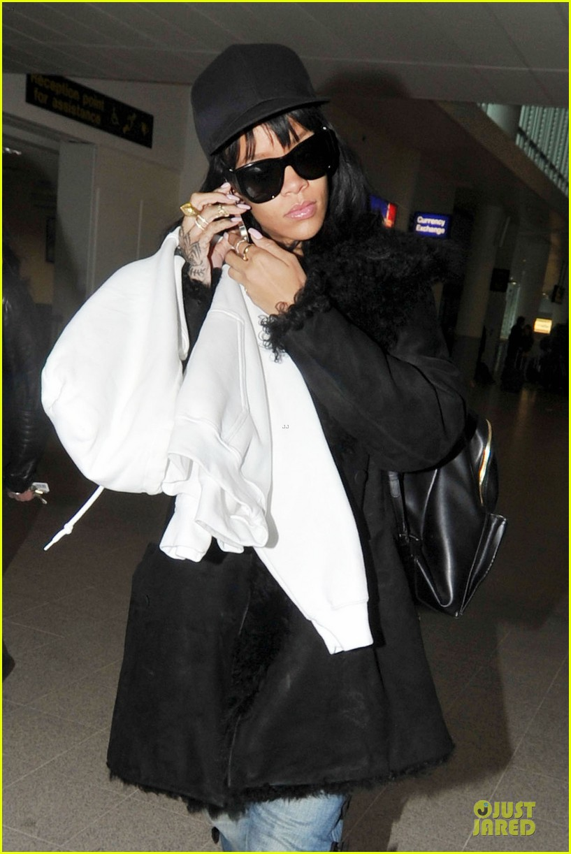 rihanna departs manchester after cozy dinner with drake 193072058