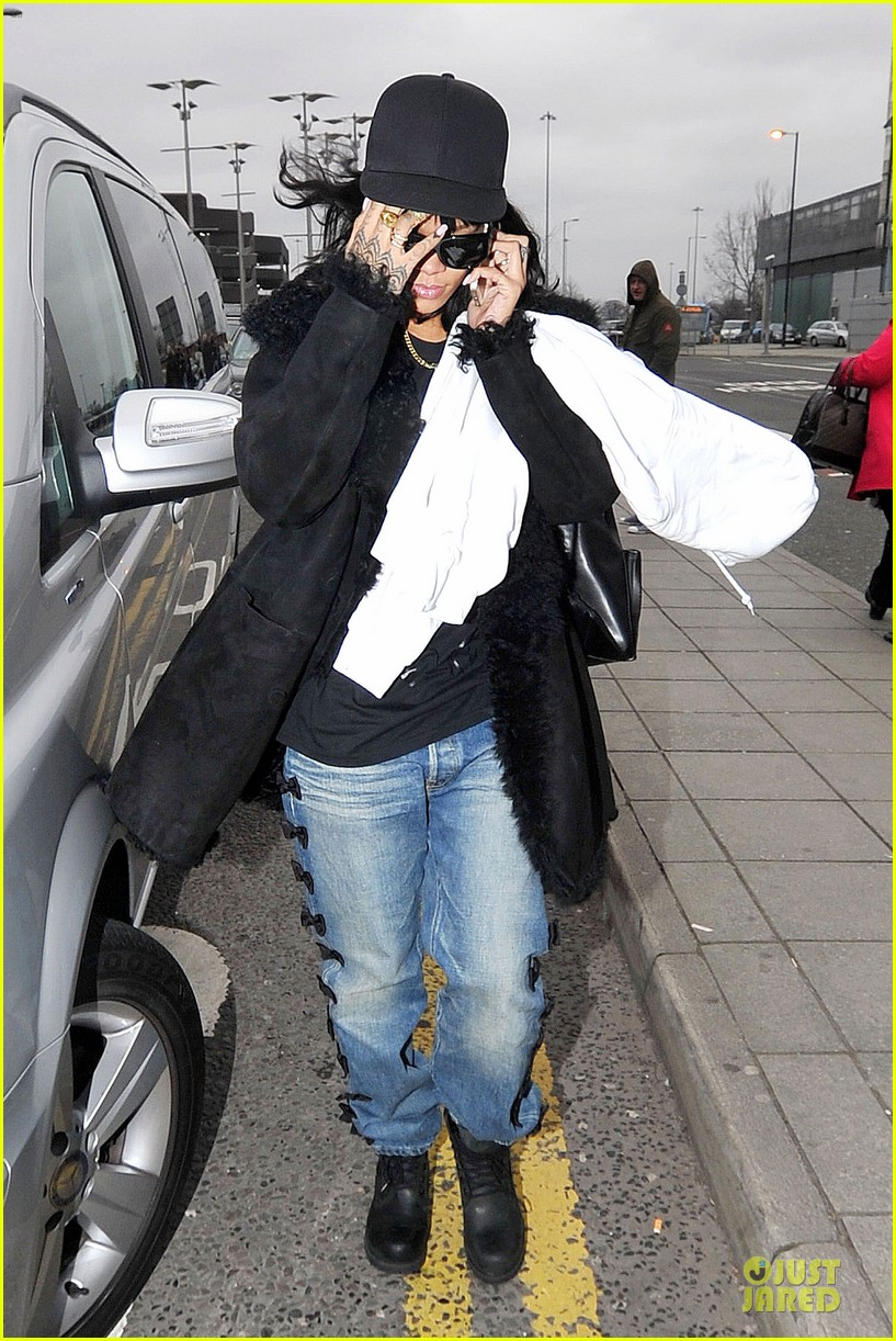 rihanna departs manchester after cozy dinner with drake 24