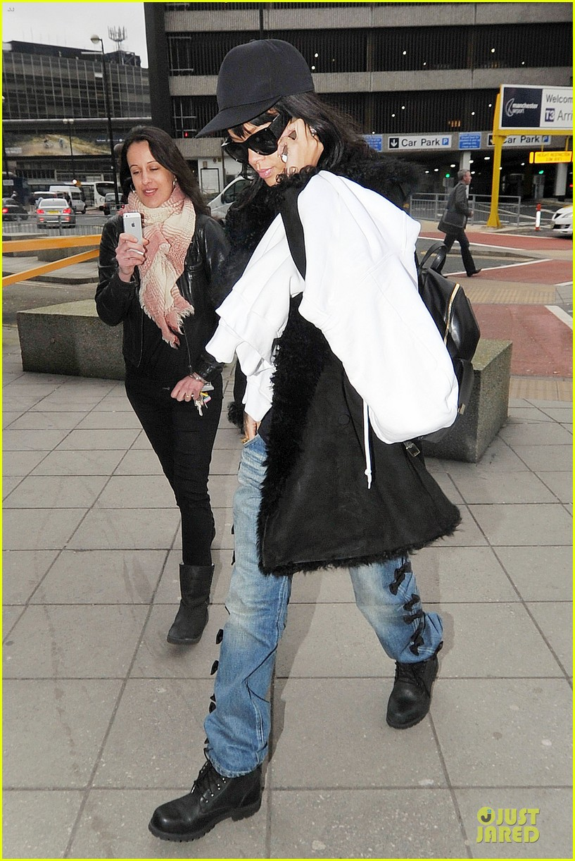 rihanna departs manchester after cozy dinner with drake 253072064