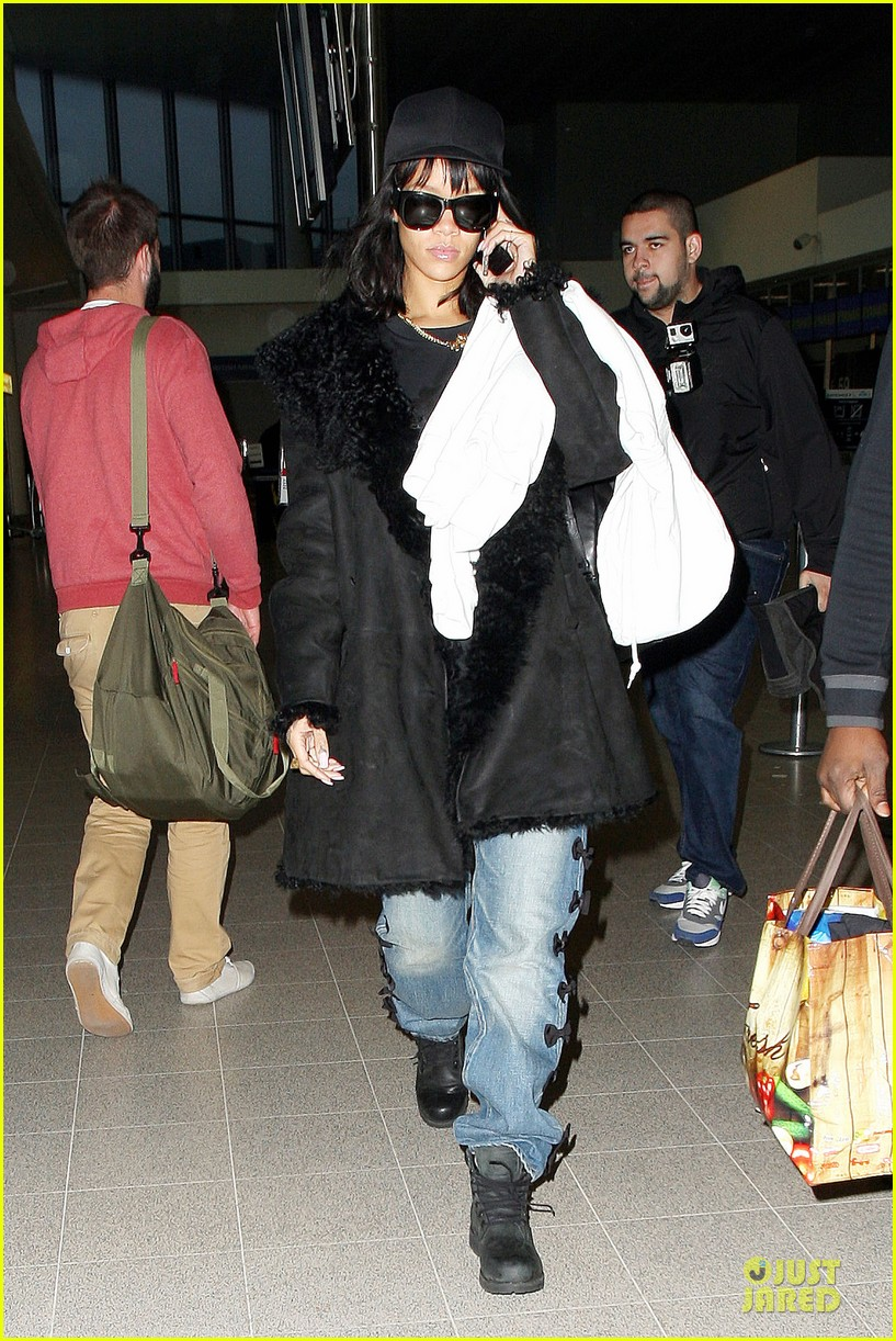 rihanna departs manchester after cozy dinner with drake 263072065