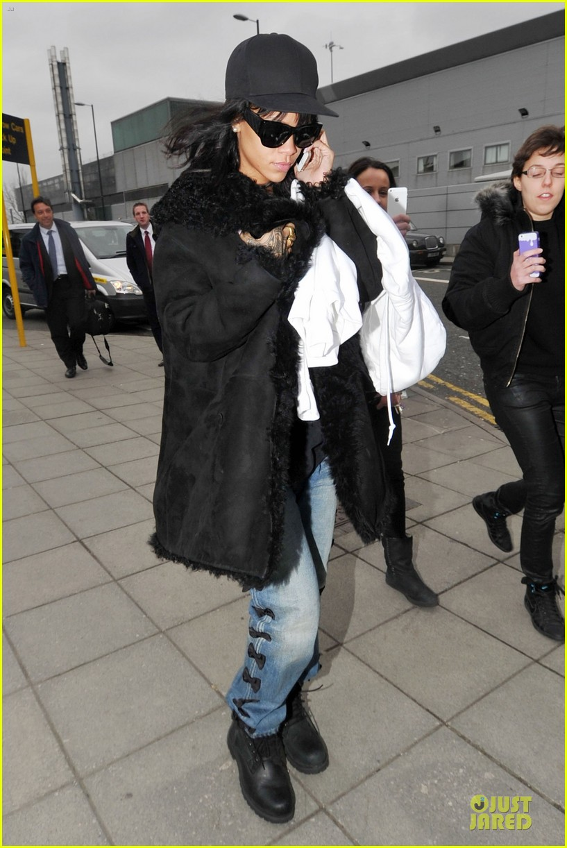 rihanna departs manchester after cozy dinner with drake 273072066