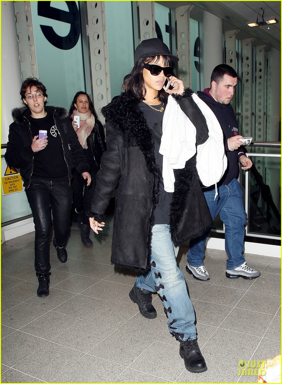 rihanna departs manchester after cozy dinner with drake 303072069