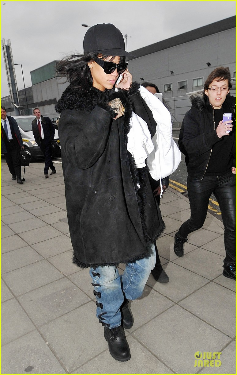 rihanna departs manchester after cozy dinner with drake 333072072