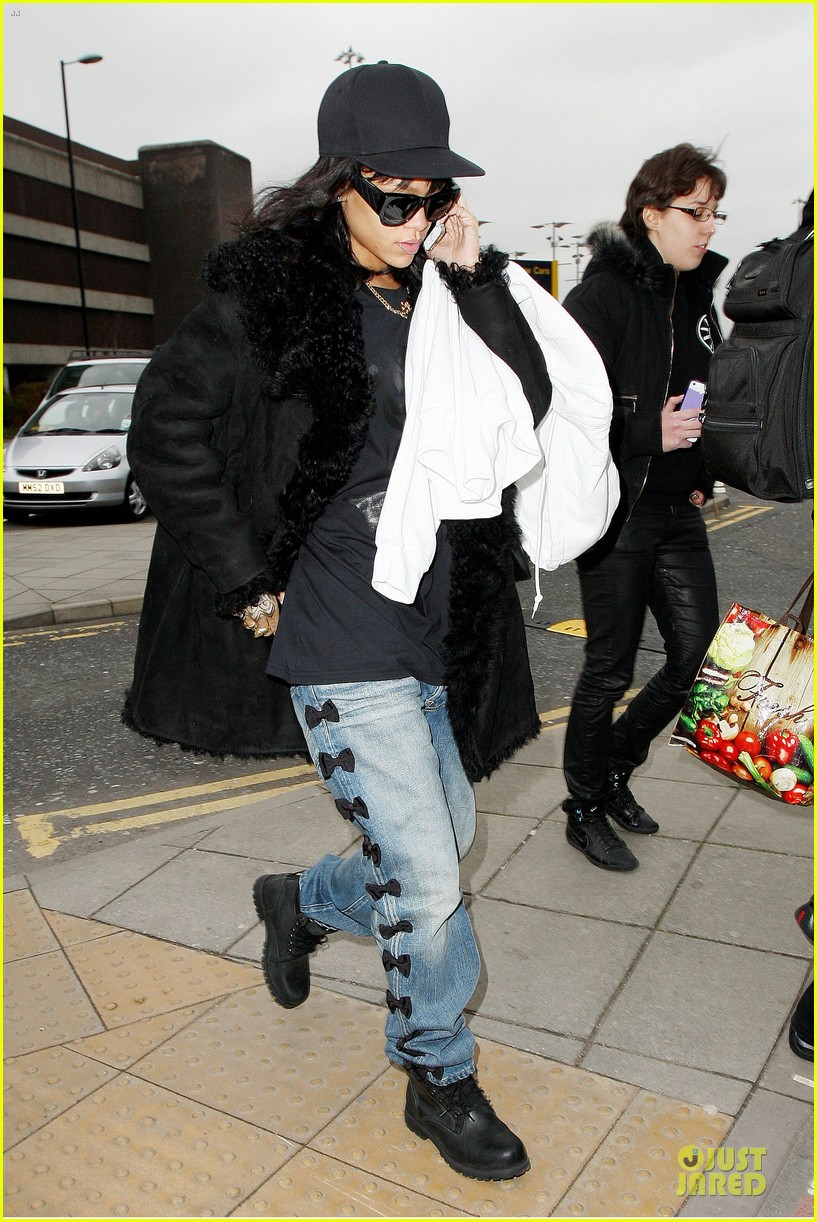 rihanna departs manchester after cozy dinner with drake 353072074