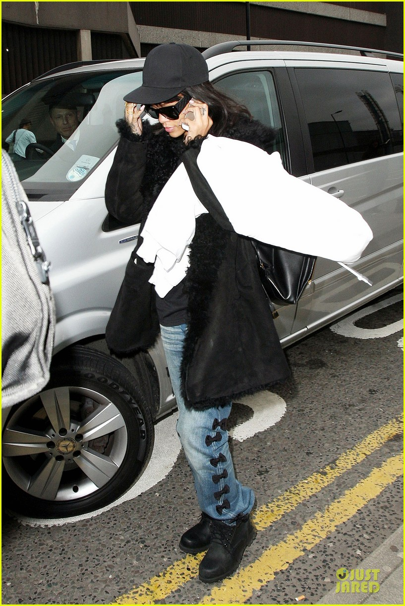rihanna departs manchester after cozy dinner with drake 363072075