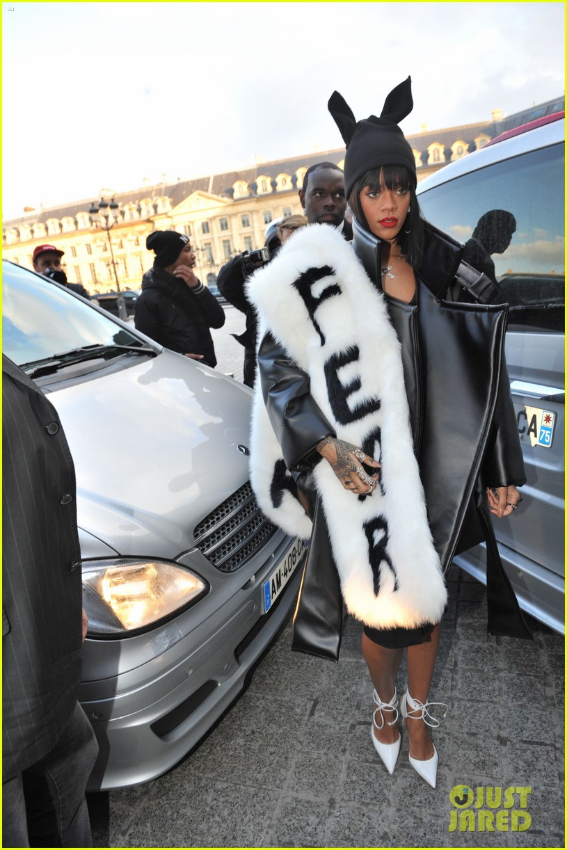 rihannas fur stole is covered in fear at paris fashion show 01