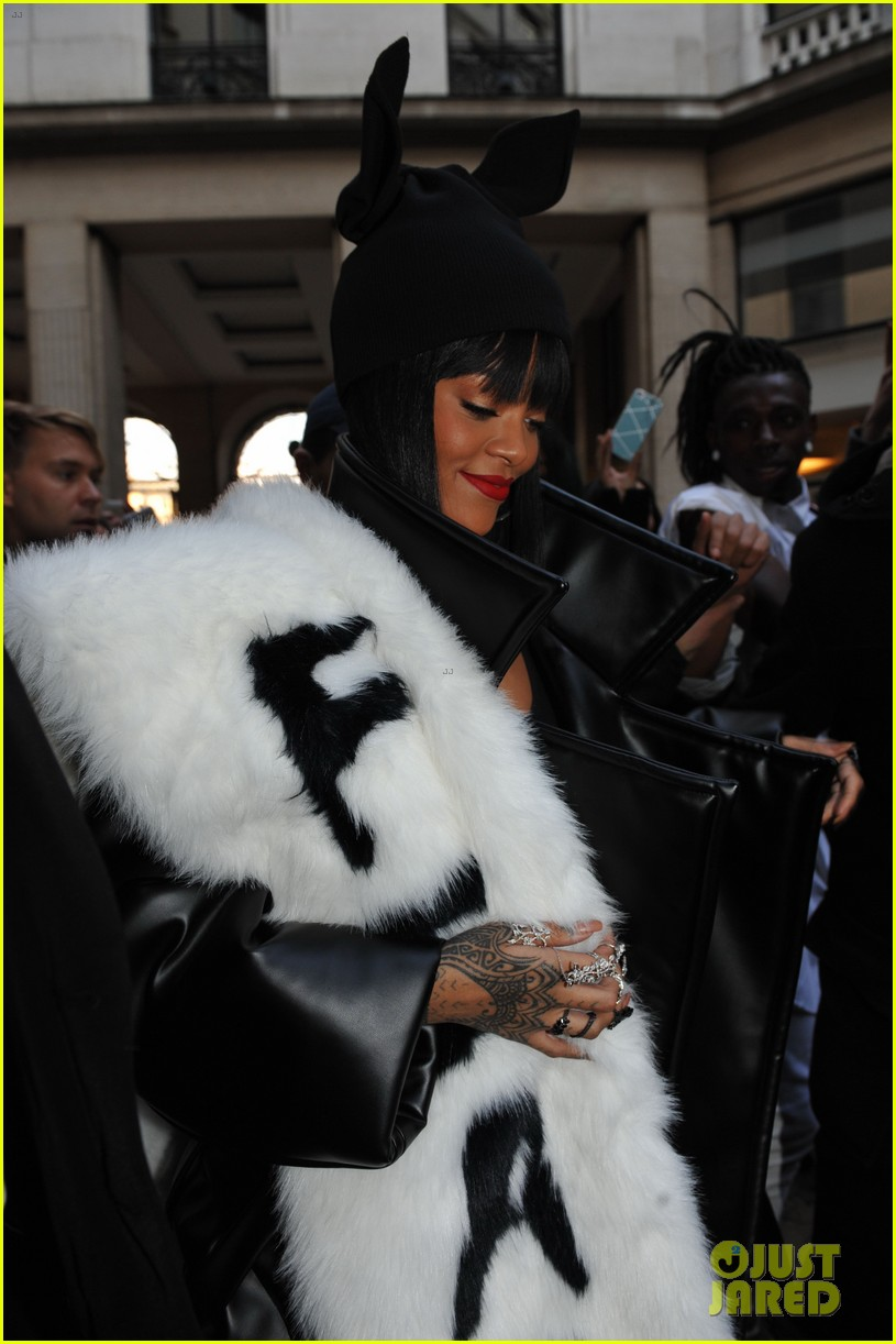 rihannas fur stole is covered in fear at paris fashion show 06