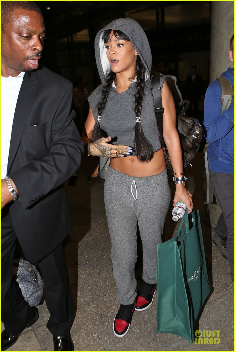 rihanna toned tummy at lax airport 013080954