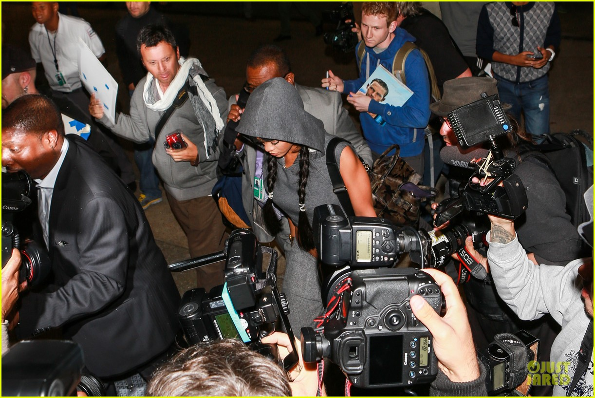 rihanna toned tummy at lax airport 033080956