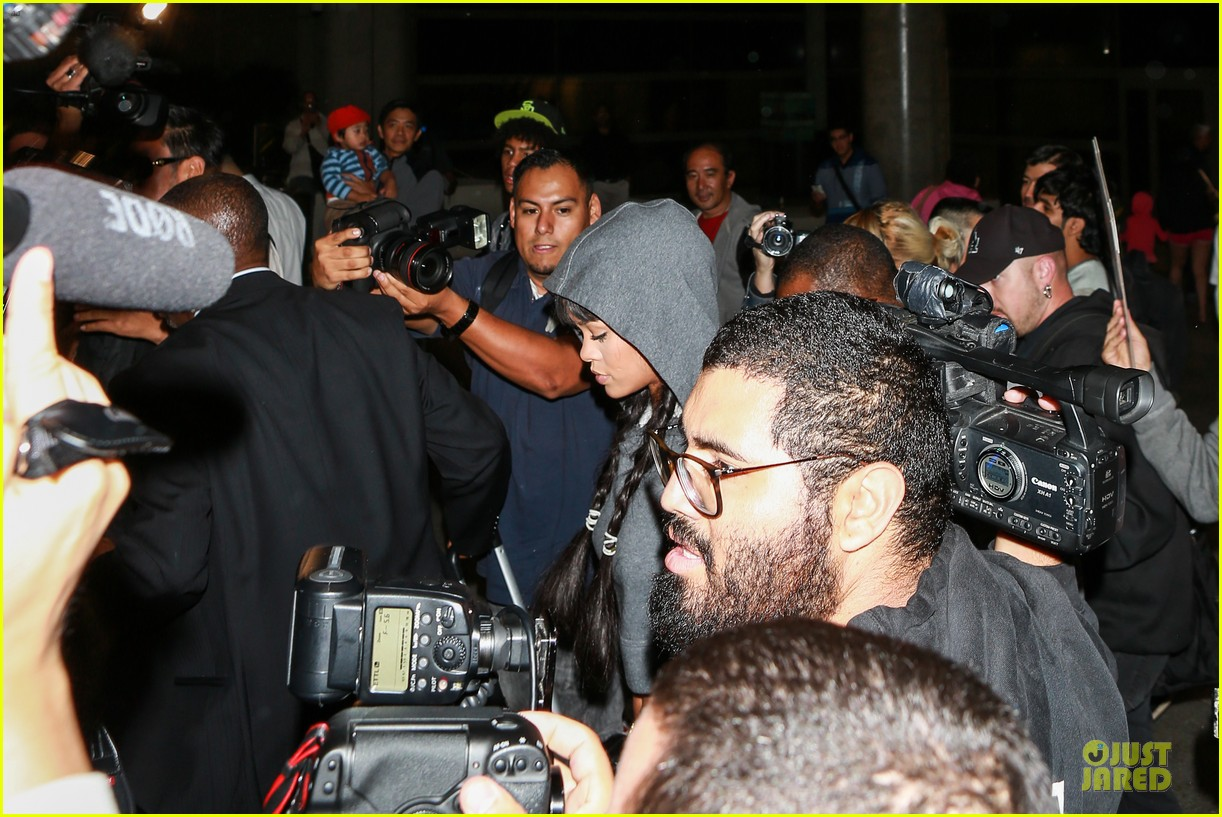rihanna toned tummy at lax airport 103080963