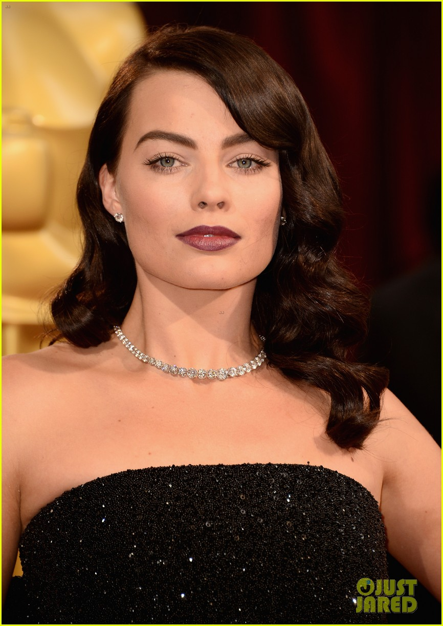 margot robbie debuts new brunette hair at oscars 2014 04