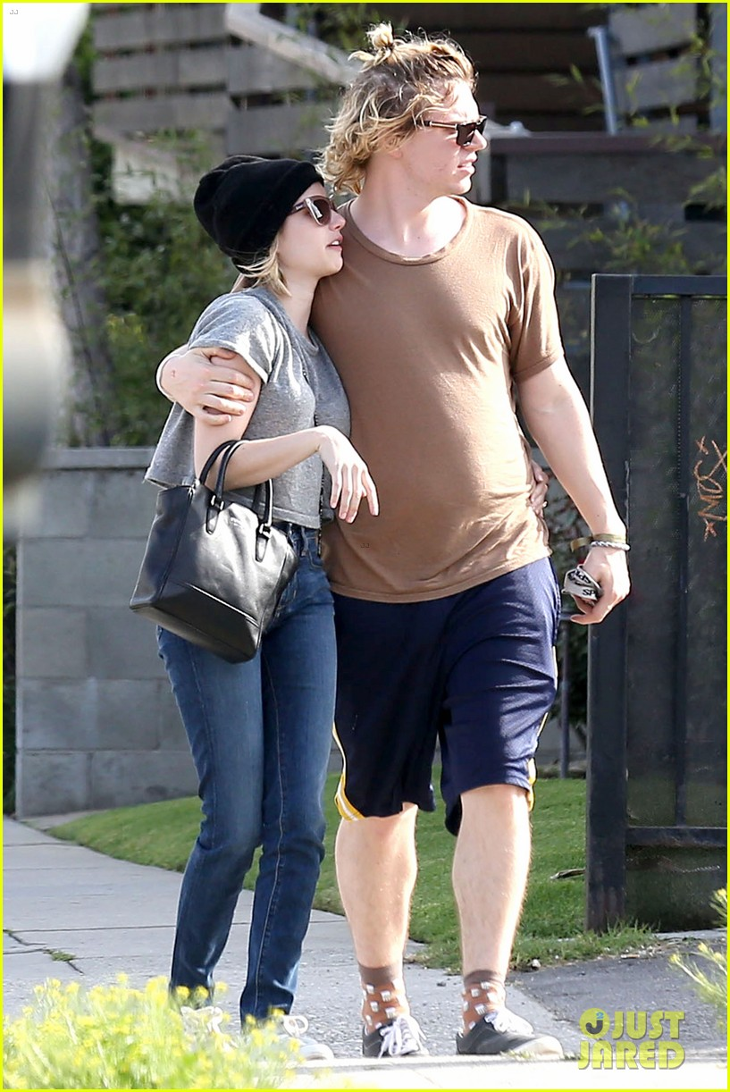 emma roberts evan peters cozy up after sunday lunch 123077466