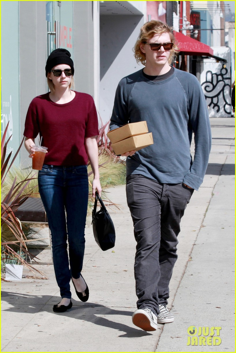 emma roberts engagement ring is the perfect accessory for outing with evan peters 073075978