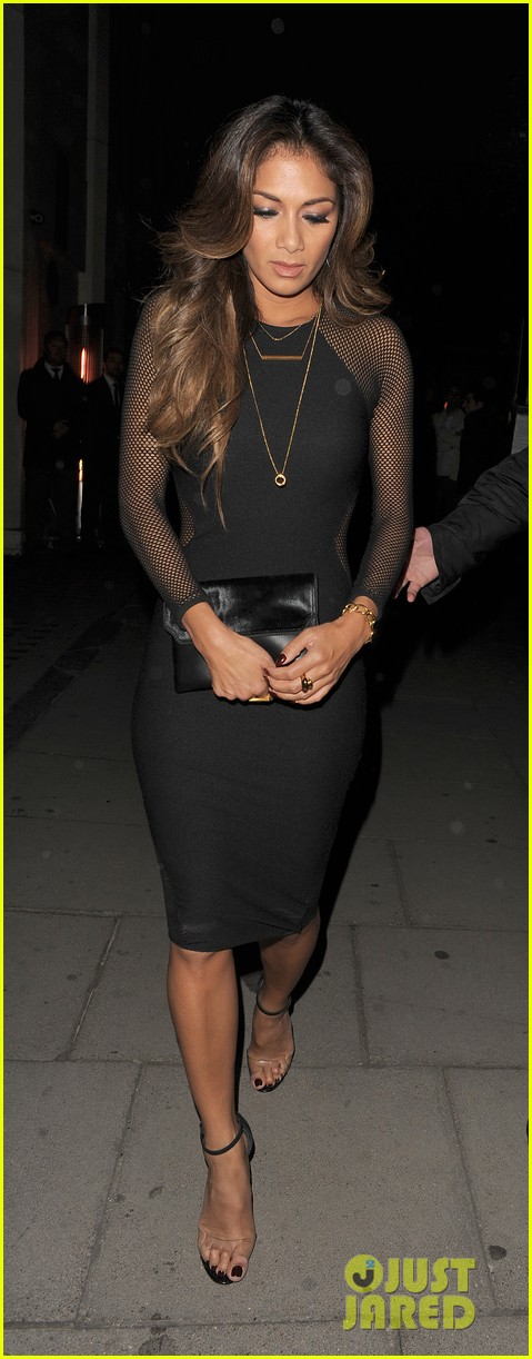 nicole scherzinger promotes new clothing line poses with her own advertisements 033074014