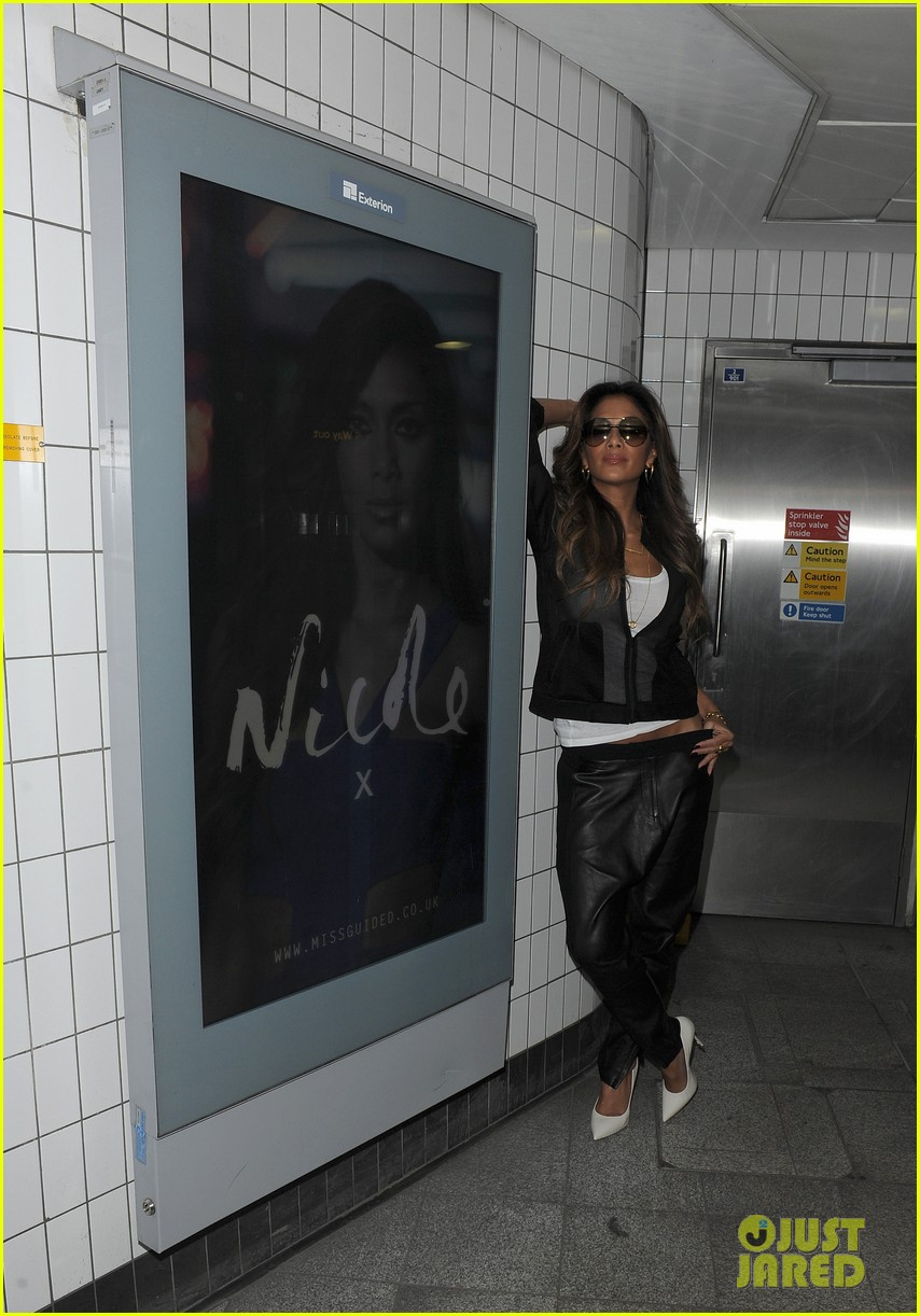 nicole scherzinger promotes new clothing line poses with her own advertisements 053074016