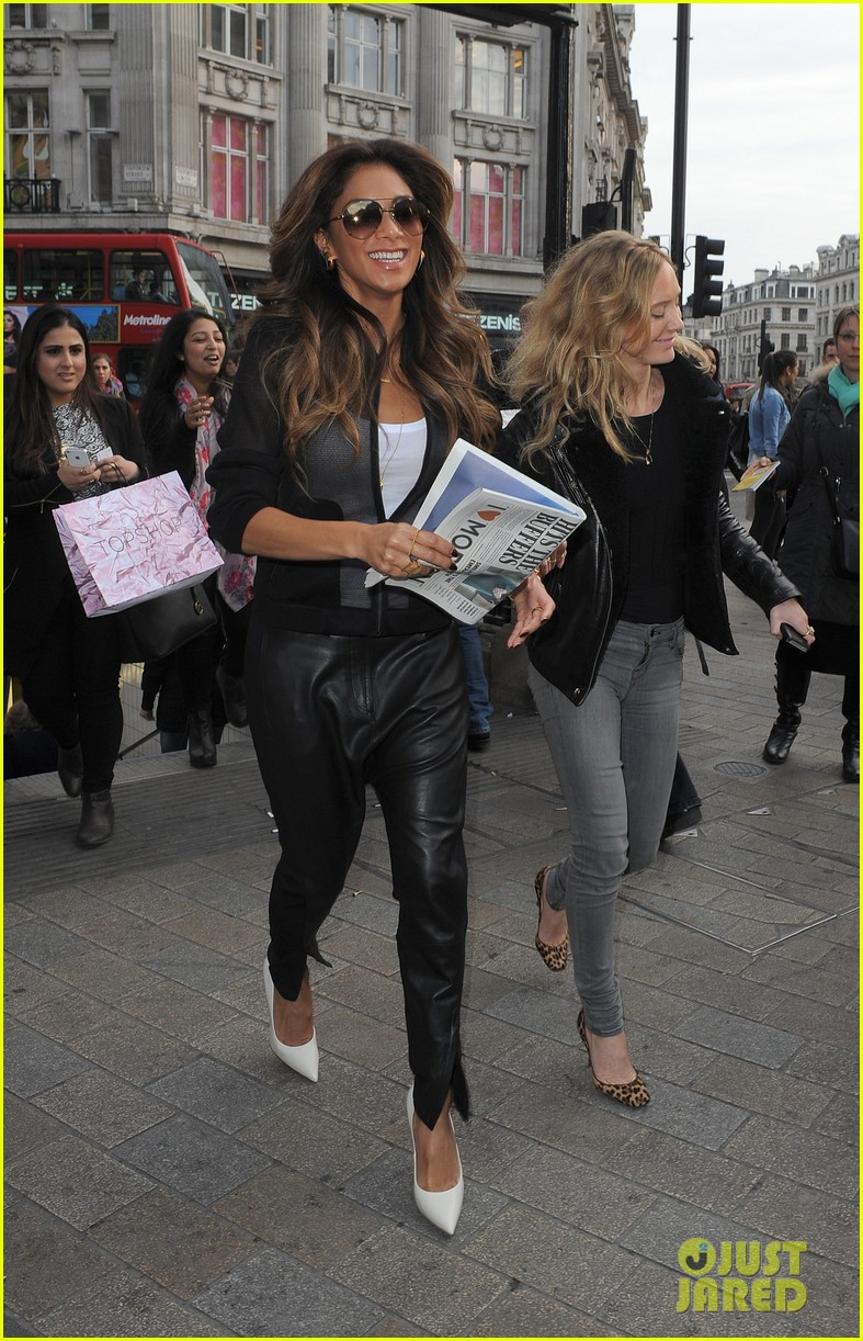nicole scherzinger promotes new clothing line poses with her own advertisements 063074017