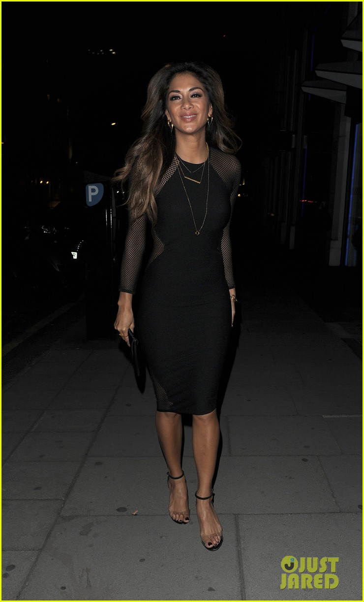 nicole scherzinger promotes new clothing line poses with her own advertisements 093074020