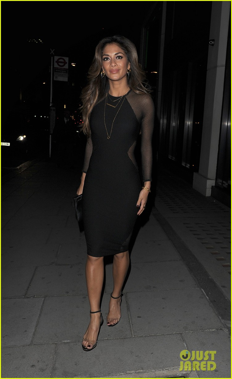 nicole scherzinger promotes new clothing line poses with her own advertisements 123074023
