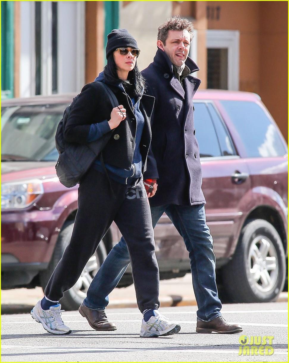 michael sheen sarah silverman hold hands romantic stroll 053072680