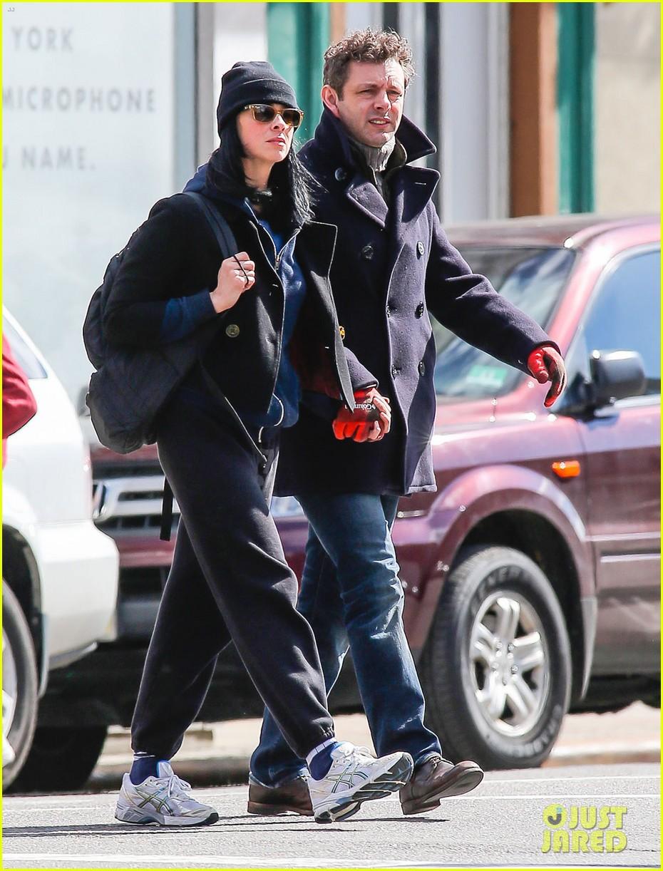 michael sheen sarah silverman hold hands romantic stroll 083072683