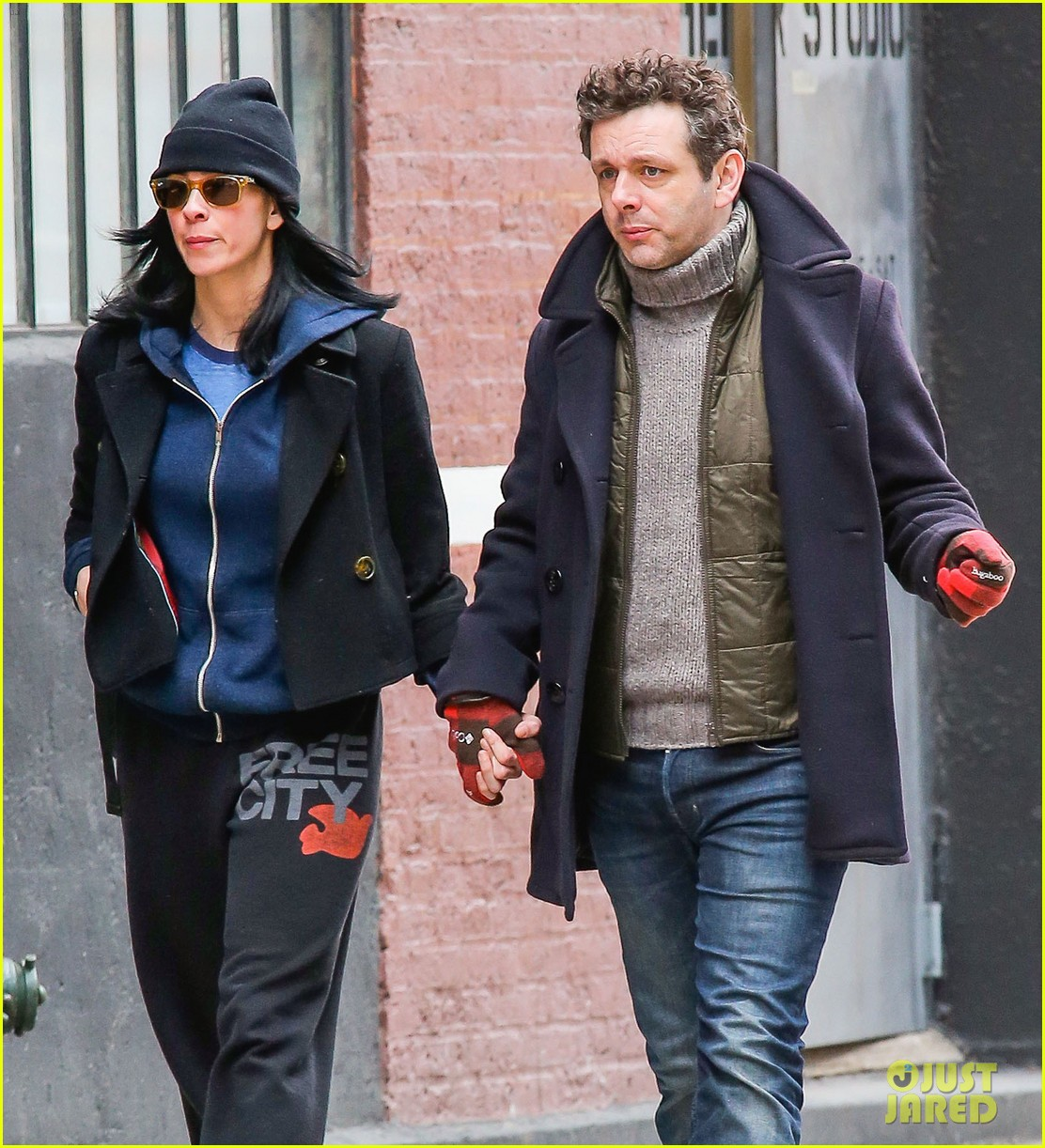 michael sheen sarah silverman hold hands romantic stroll 093072684