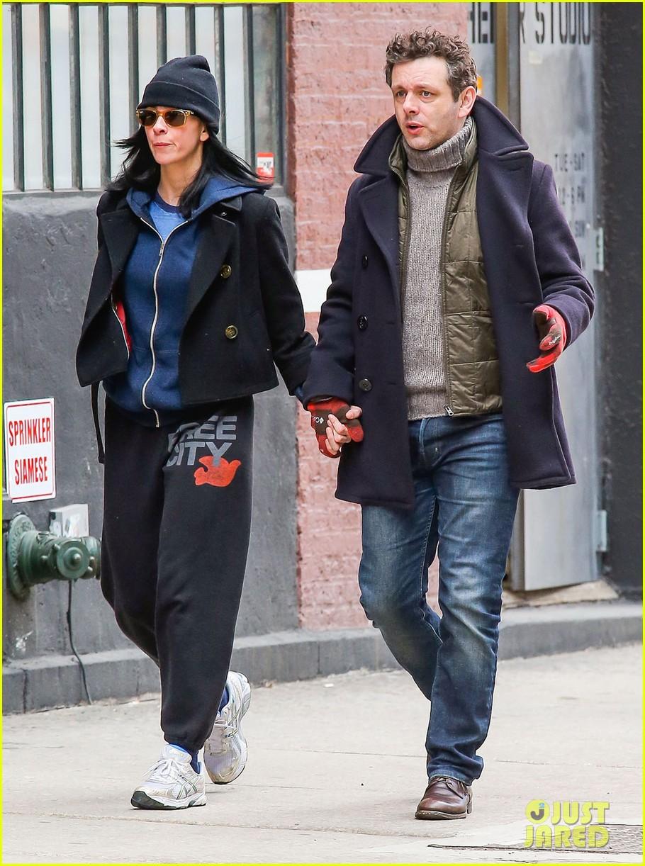 michael sheen sarah silverman hold hands romantic stroll 113072686