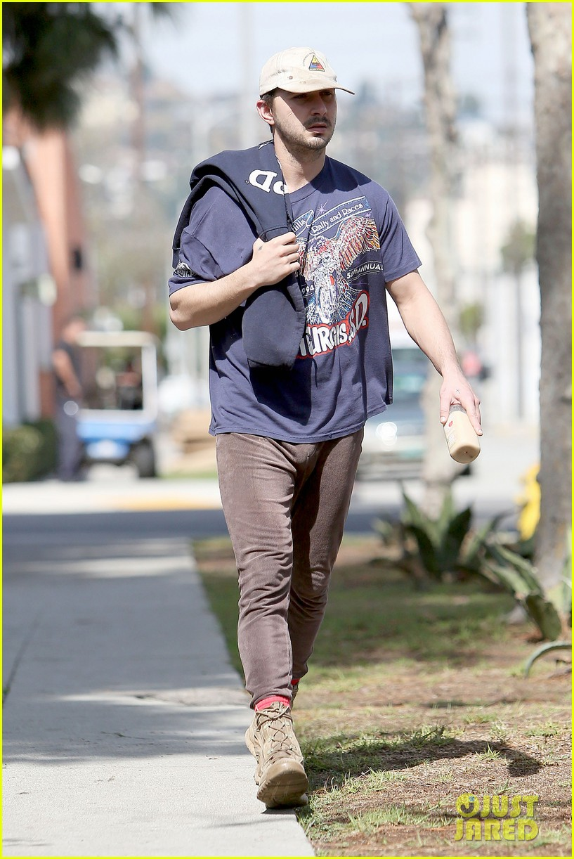 shia labeouf finds a parking ticket on his windshield after workout 013065955