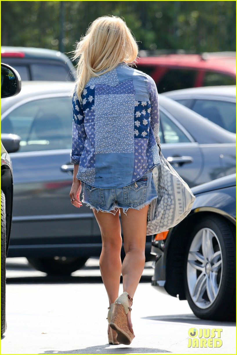 jessica simpson brings back her daisy dukes 153077298