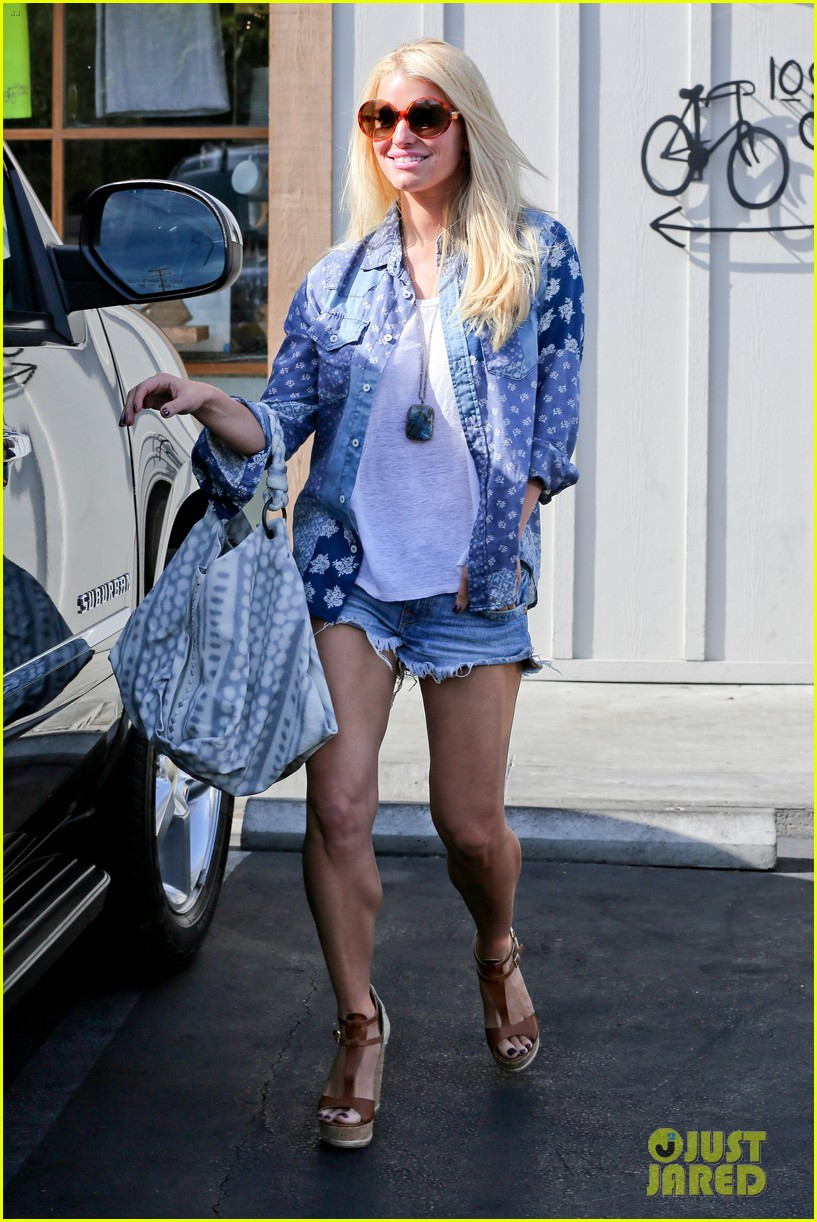 jessica simpson brings back her daisy dukes 263077309