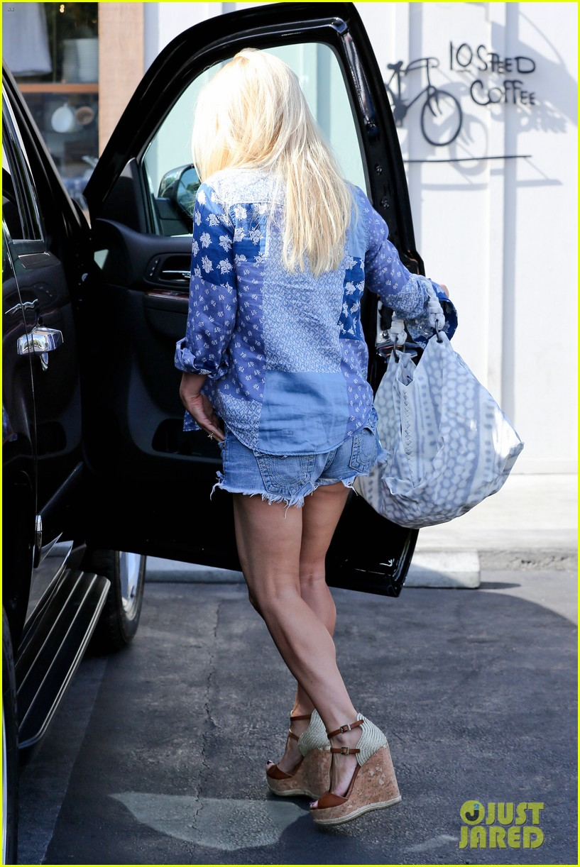 jessica simpson brings back her daisy dukes 273077310