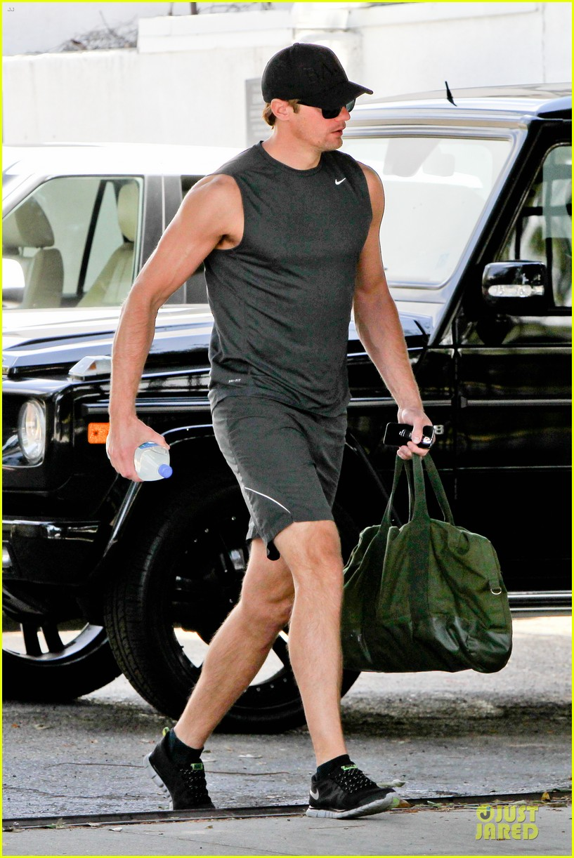 alexander skarsgard toned ready gym workout 013082441
