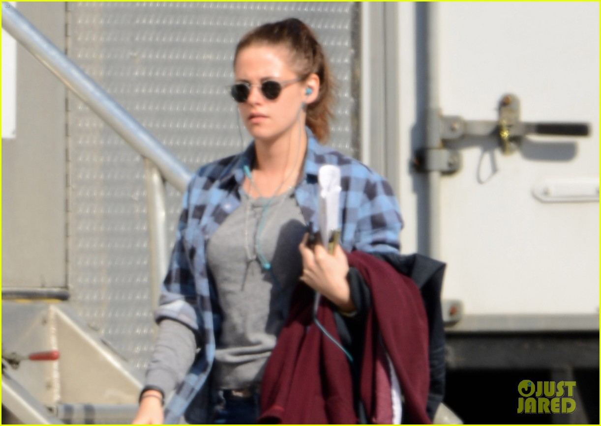 kristen stewart keeps her jacket off on the still alice set 043074123