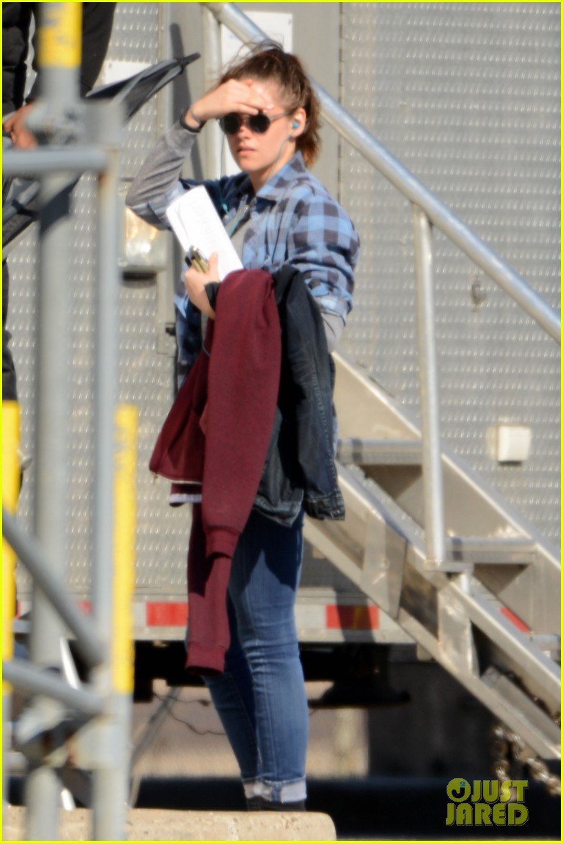 kristen stewart keeps her jacket off on the still alice set 053074124