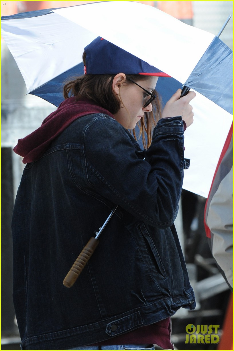 kristen stewart shields herself umbrella 02