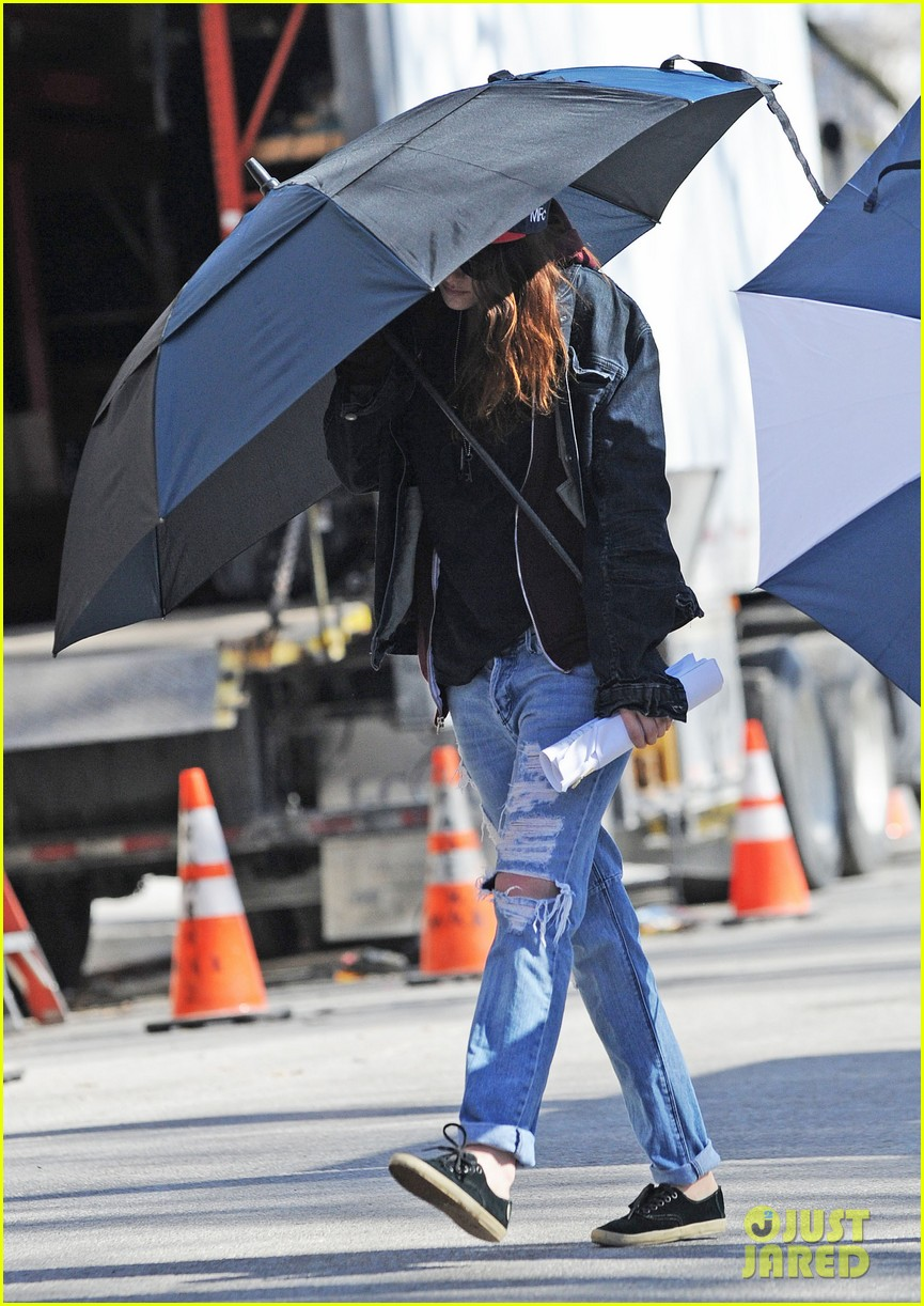 kristen stewart shields herself umbrella 05