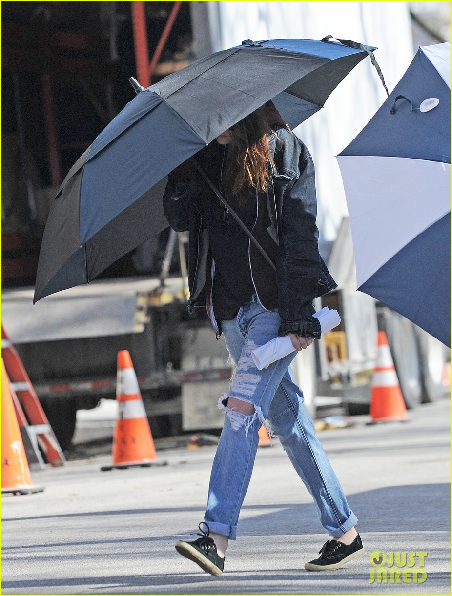 kristen stewart shields herself umbrella 083067620