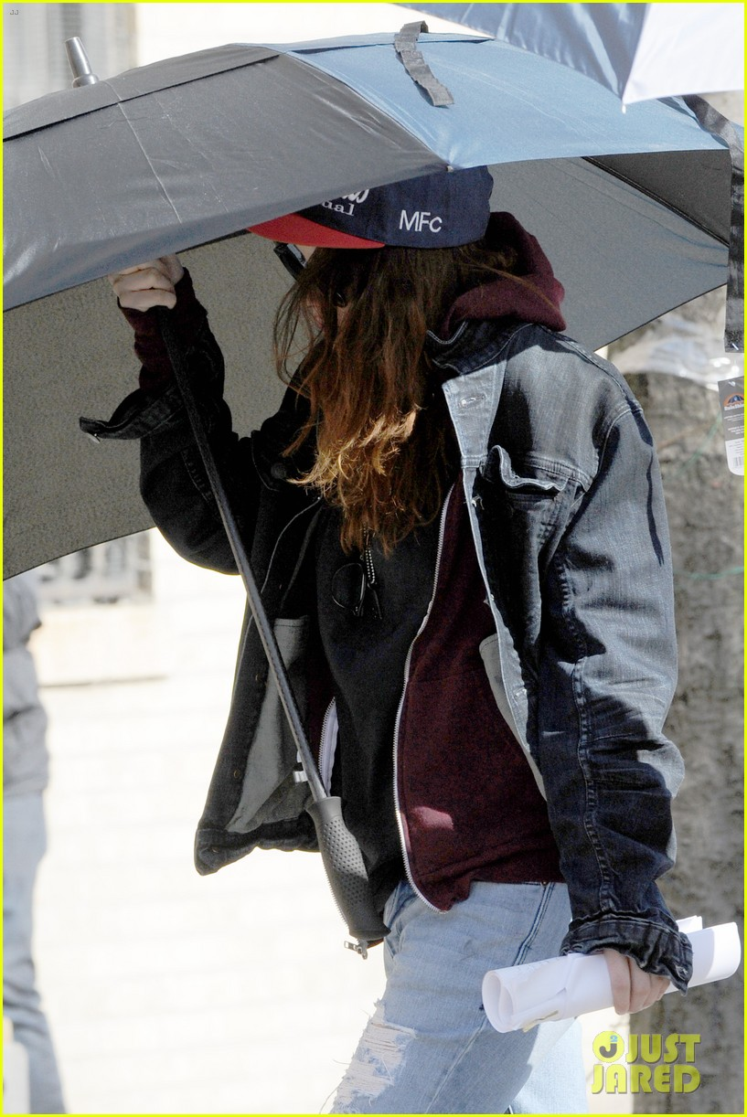 kristen stewart shields herself umbrella 173067629