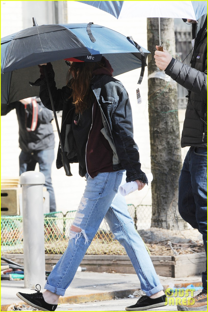 kristen stewart shields herself umbrella 183067630