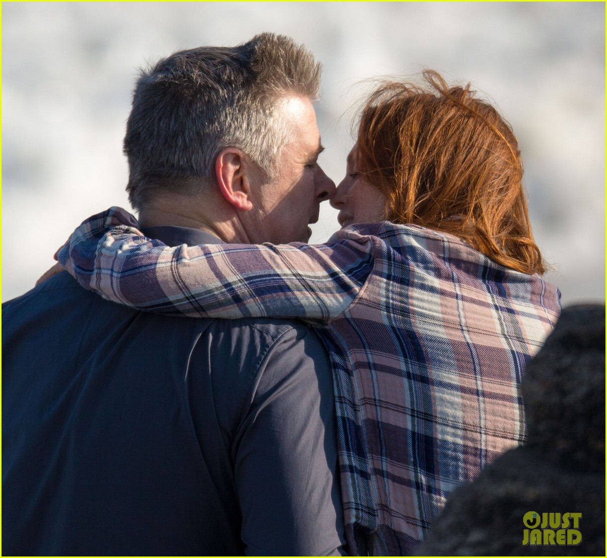 julianne moore kristen stewart share smiley moment after alec baldwin makeout scene 023076080