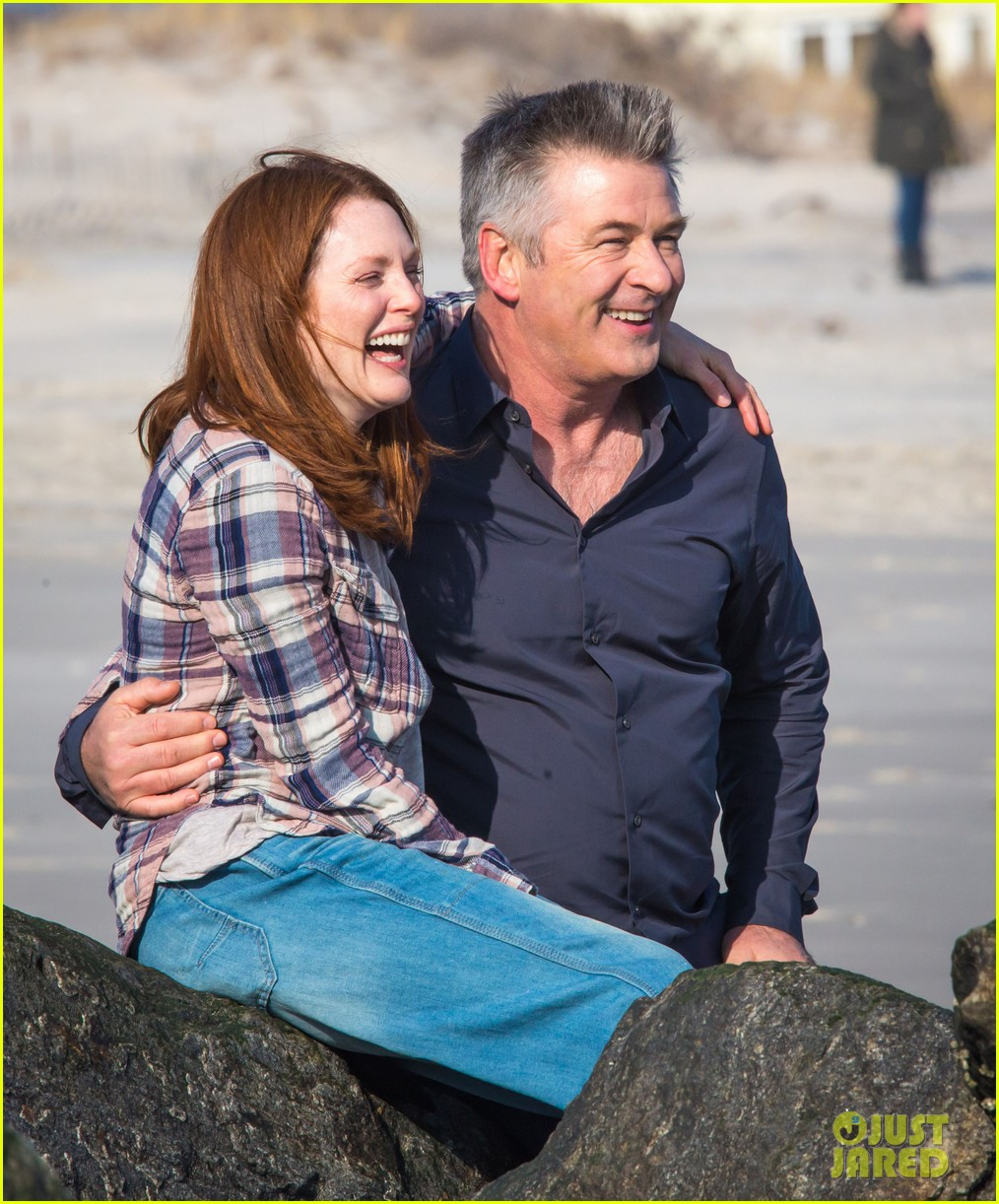 julianne moore kristen stewart share smiley moment after alec baldwin makeout scene 043076082