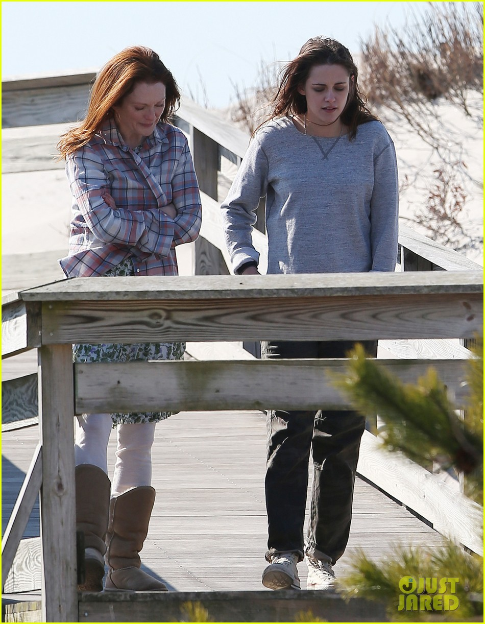 julianne moore kristen stewart share smiley moment after alec baldwin makeout scene 053076083