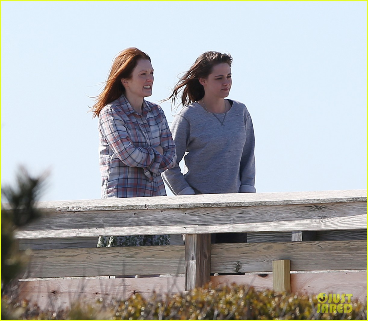 julianne moore kristen stewart share smiley moment after alec baldwin makeout scene 063076084