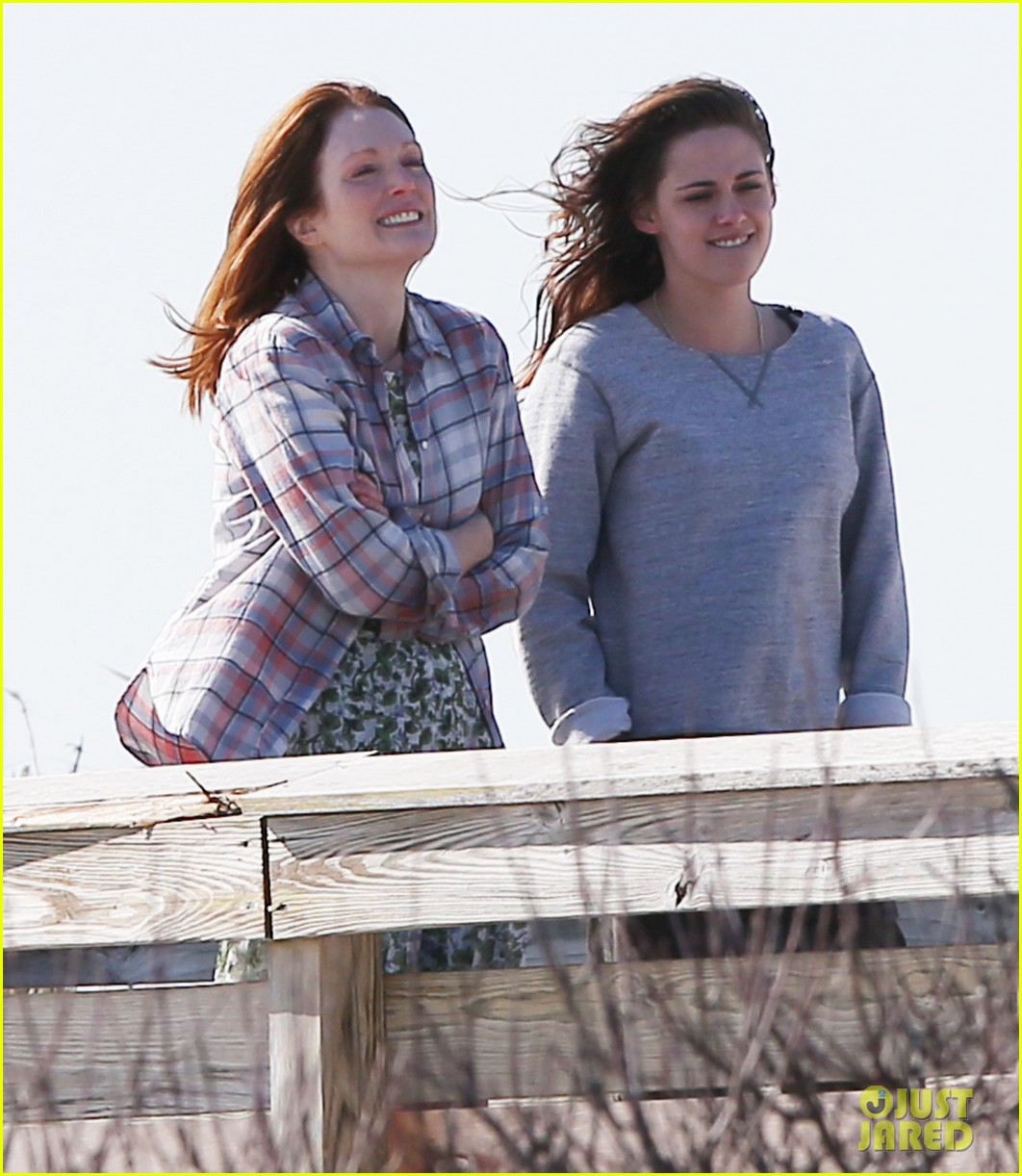 julianne moore kristen stewart share smiley moment after alec baldwin makeout scene 083076086