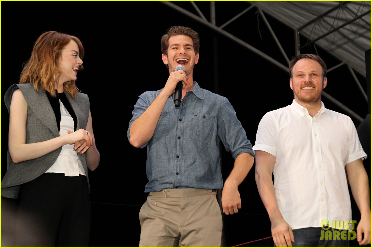 emma stone andrew garfield hold hands at earth hour kick off 09