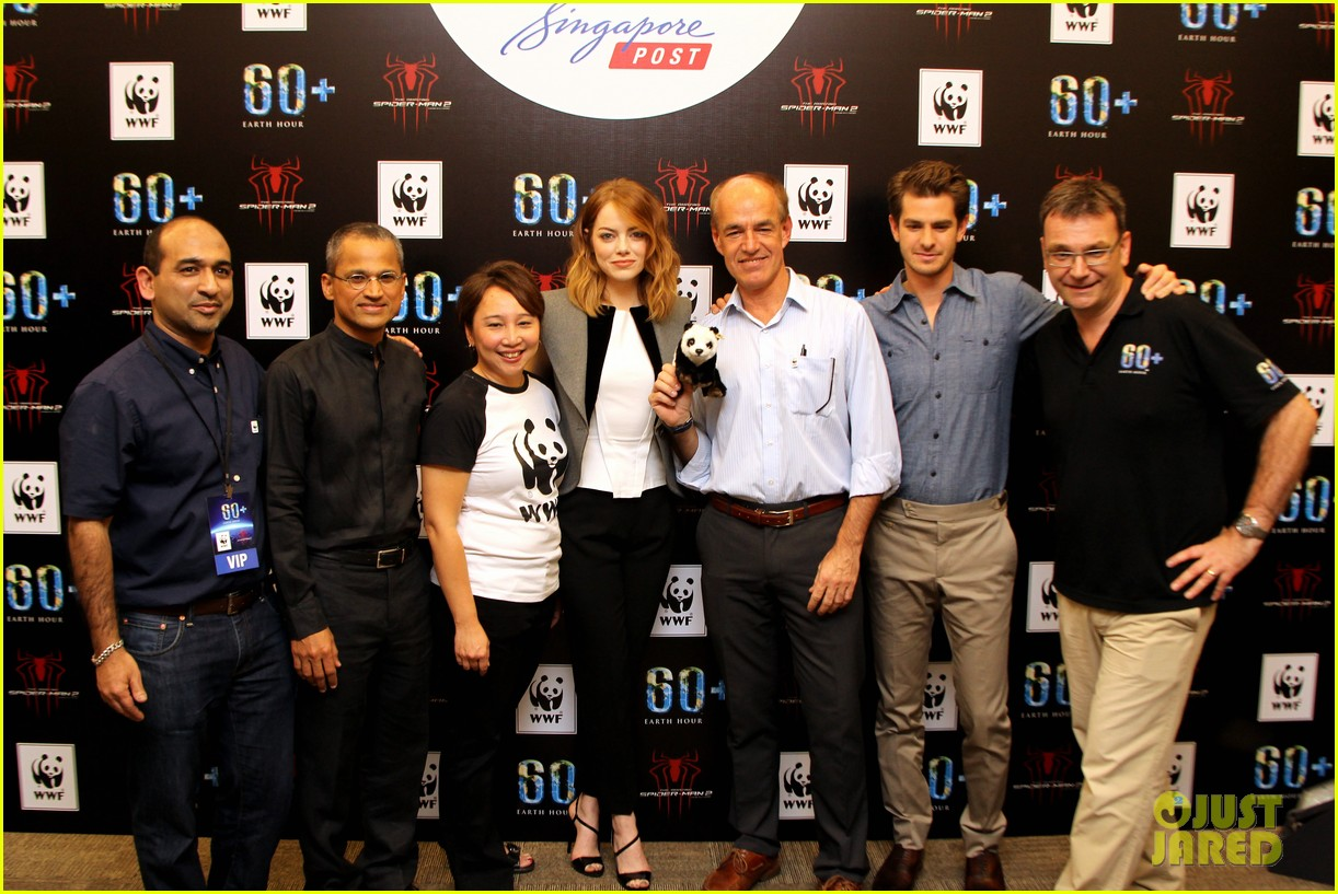 emma stone andrew garfield hold hands at earth hour kick off 123081083