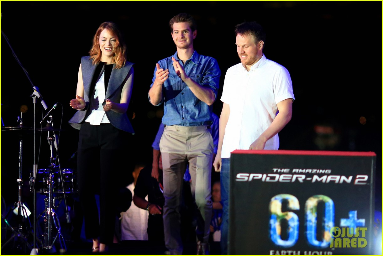 emma stone andrew garfield hold hands at earth hour kick off 14