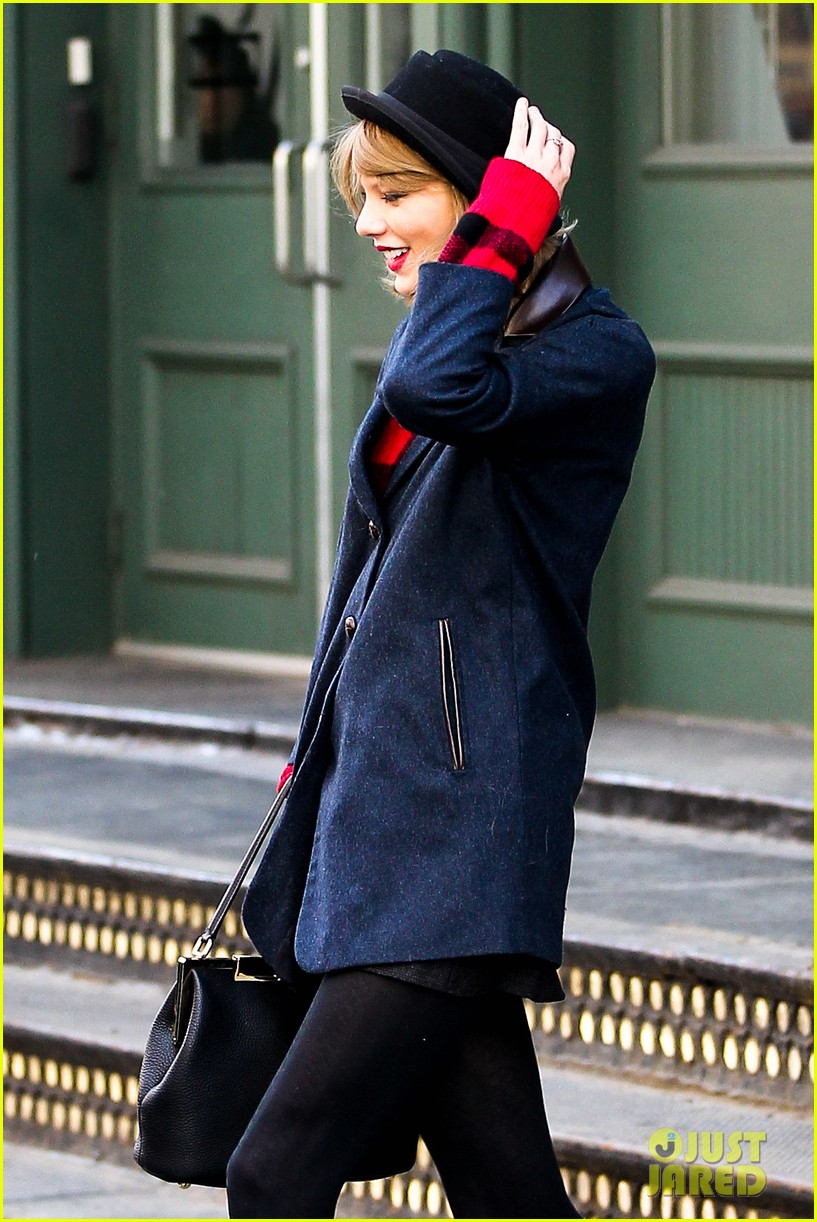 taylor swift holds onto her hat before it flies off her head 013078946
