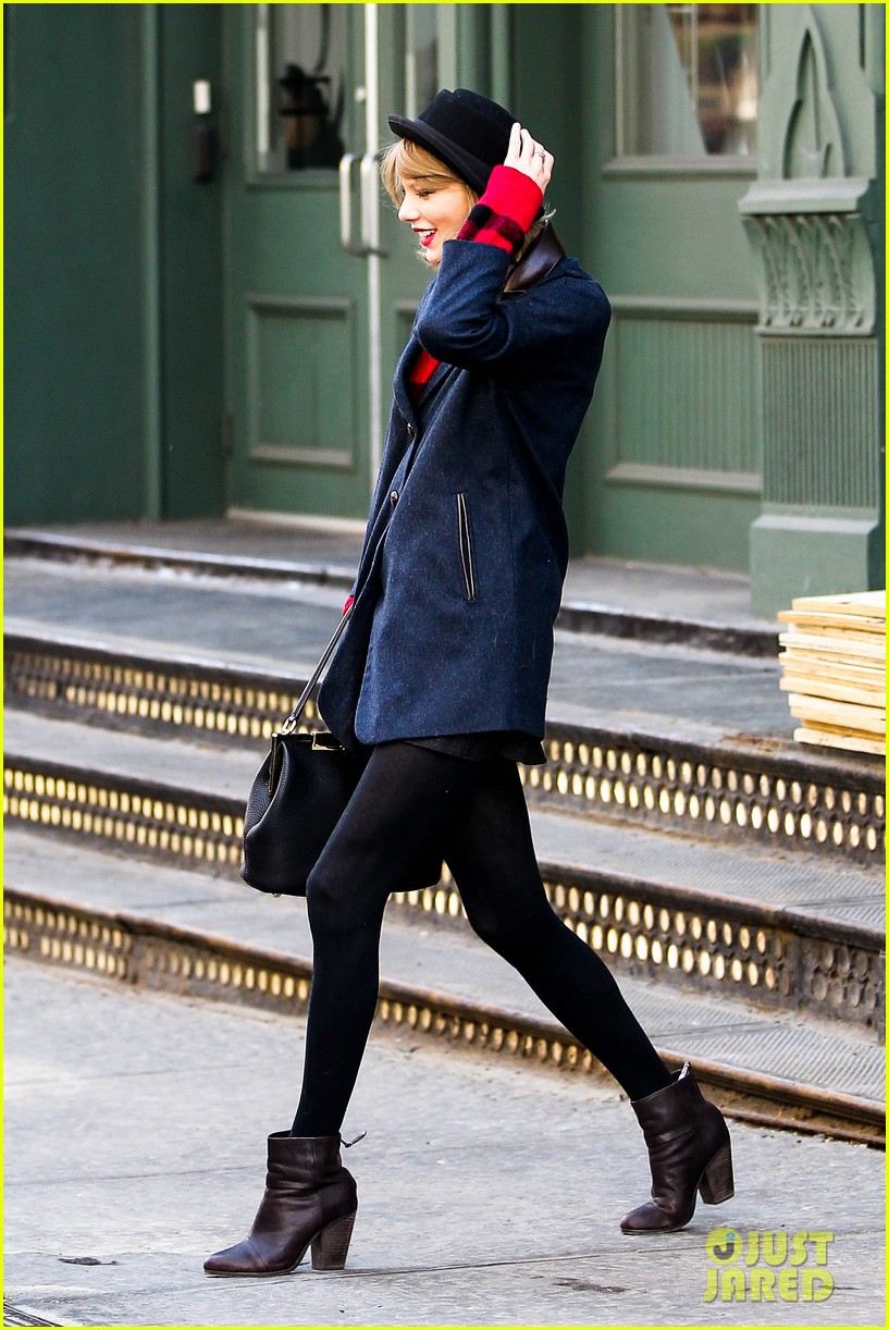 taylor swift holds onto her hat before it flies off her head 07