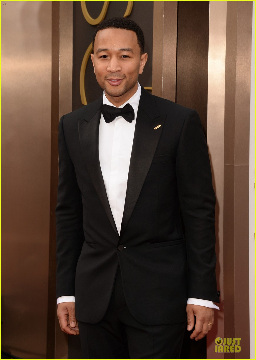 chrissy-teigen-john-legend-oscars-2014-red-carpet-03.jpg